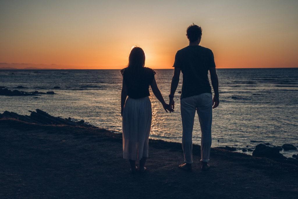 couple plage coucher de soleil