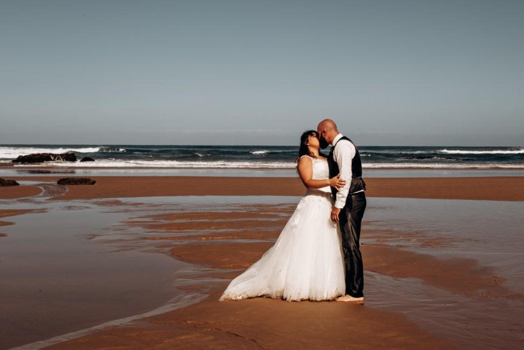 seance couple après le mariage à la plage à biarritz au pays basque