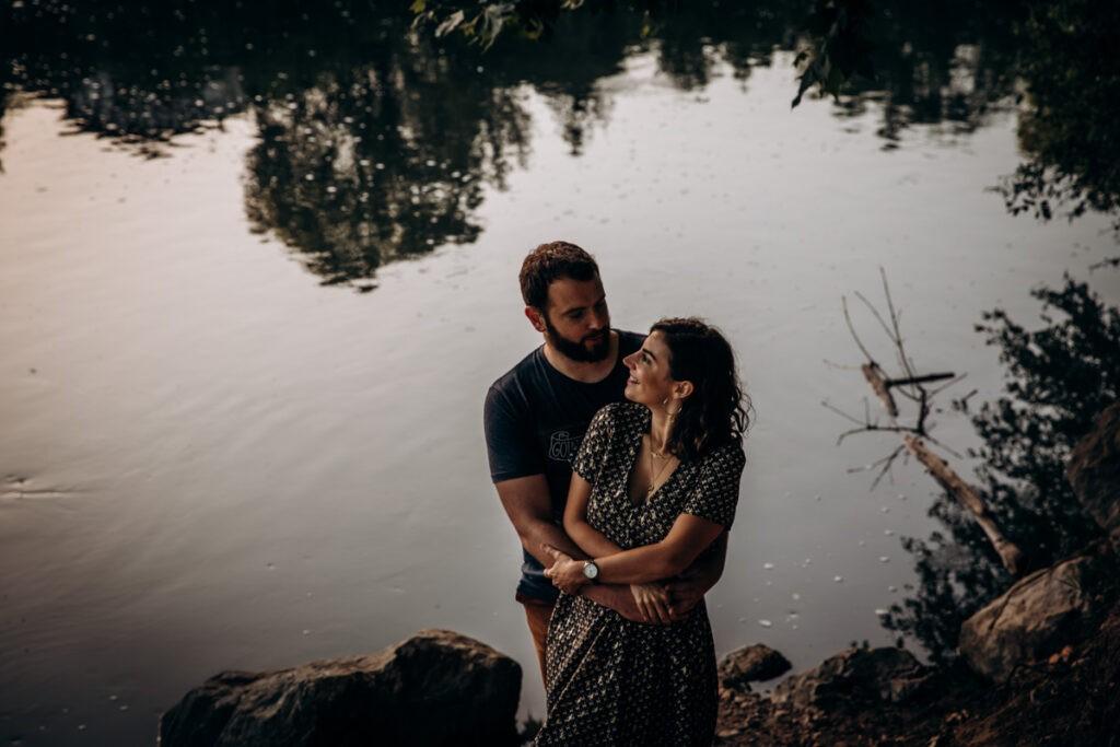 seance couple au bord d'une riviere