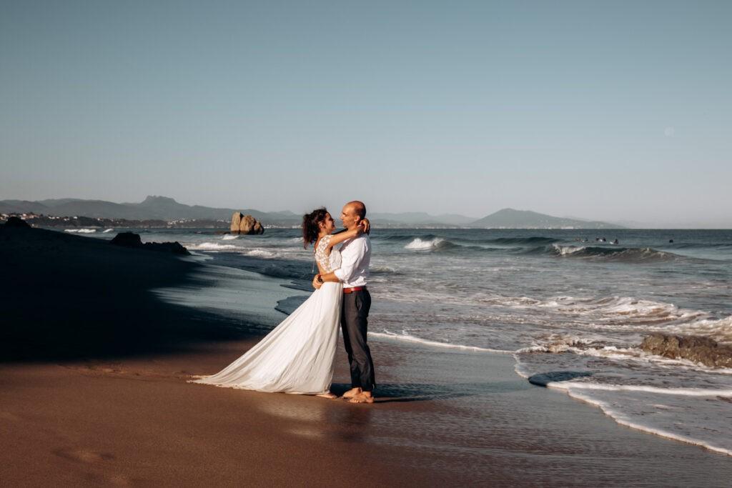 seance couple après le mariage à l'ocean à biarritz au pays basque